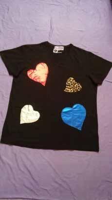Camiseta corazones negra